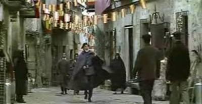 Fotograma de Así en el Cielo como en la Tierra (José Luis Cuerda, 1995), donde San Pedro (el comandante de la Guardia Civil) anuncia (a la carrera) en una calle del Cielo (en la parte que queda sobre España) el final del Apocalipsis.