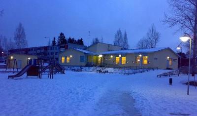 Una escuela en Finlandia, entre la nieve (imagen procedente de pequesymas.com/educacion-primaria)