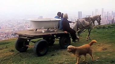 Imagen del traslado de una bañera en La estrategia del caracol (Sergio Cabrera, 1993). Al fondo, Bogotá.