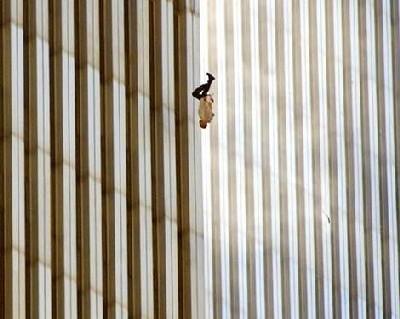 Un hombre cayendo de las torres gemelas el 11 de septiembre de 2001 (imagen procedente de people.clarkson.edu)