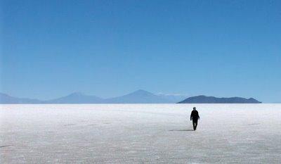 José Fariña en el salar de Uyuni, Potosí, Bolivia (imagen procedente de su blog. Se titula Caminando en el silencio, y el autor es Guillermo Fariña)