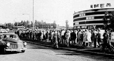 Una cola para acceder al centro Ikea Kungens kurva de Estocolmo en los primeros años 60 (imagen procedente de telegraph.co.uk, del 13 de abril de 2008).