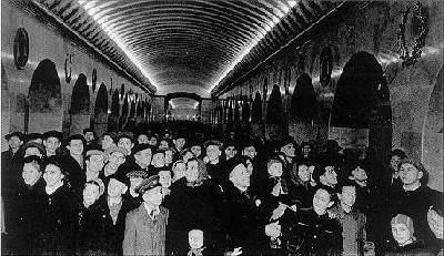 Primeros pasajeros del metro de Leningrado, hoy San Petersburgo, el día de su inauguración (foto procedente de spb.metro.ru)