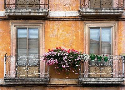 Balcones con flores en Pradoluengo (foto de Josu Josu, 2007, publicada en panoramio.com)