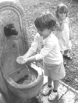 Niñas en la fuente (imagen procedente de atorrante.blogspot.com)