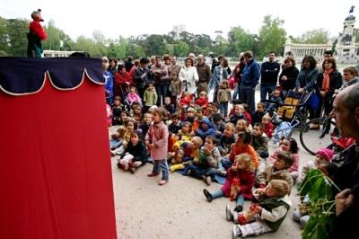 Sesión de marionetas, un domingo de la primavera de 2006 en el Parque del Retiro de Madrid (imagen procedente de blogs.eurielec.etsit.upm.es/freedreams)