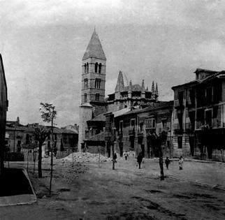 Una foto antigua de la iglesia de Santa María la Antigua de Valladolid, todavía rodeada de casas (imagen procedente de valladolidantiguo.es)