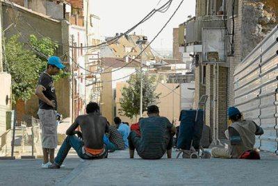 Inmigrantes en una calle de Lleida en 2009 (foto de Laurent Sansen, procedente de elmundo.es)