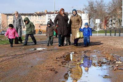 Inmigrantes junto a la Escuela pública La Sínia de Vic (foto de Albert Alemany, publicada en elpais.com el 12 de enero de 2010)