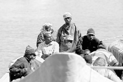 Algunos de los inmigrantes rescatados por el pesquero Francisco y Catalina en julio de 2006 (imagen procedente de magalicatamagali.spaces.live.com)