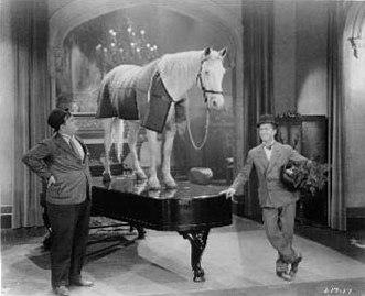 Laurel y Hardy con un caballo y un piano en un fotograma de The Music Box, 1932 (imagen procedente de riroads.com/humor).