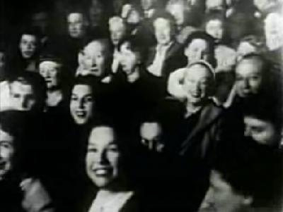 Vista del público que escuchaba a Edith Piaf cantar La vie en rose en París (Imagen procedente de youtube.com)