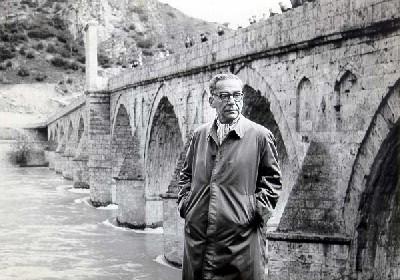 Ivo Andrić delante del actual puente sobre el Drina, en Višegrad. Foto de Alija Akšamija, 1963.