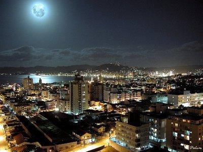 Vista muy difundida de Lisboa de noche (imagen firmada por Pinheiro, procedente de lua.weblog.com.pt)