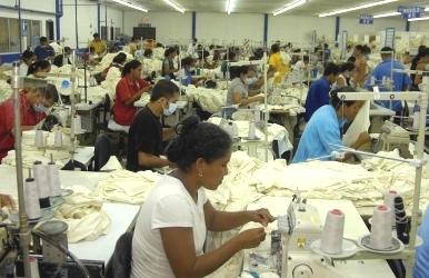 Trabajando en una maquila (imagen procedente de hondudiario.com)