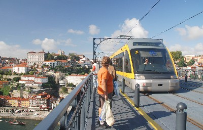 El nuevo metro de Oporto, sobre el puente de Don Luis (foto de arielpablo.com.ar).
