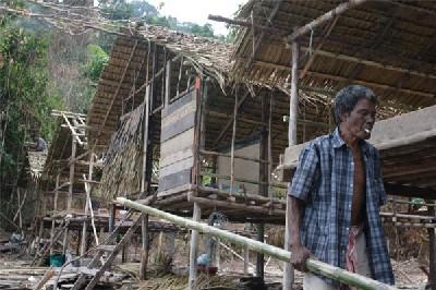 Un pescador moken reconstruyendo su vivienda después del tsunami (Foto de Aroon Thaewchatturat procedente de strangeattractor.co.uk)