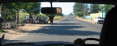 Una vista, desde el coche, de la carretera de salida de Maputo hacia Mumemo, en febrero de 2008 (foto: Carmen del Rey)