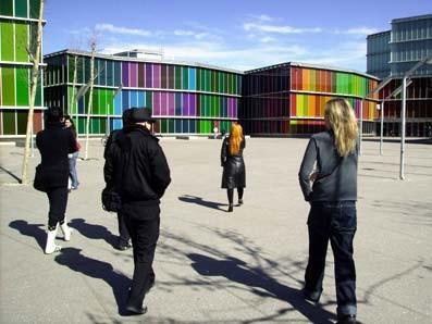 Gente caminando hacia el Musac de León. Imagen procedente de spicnic.com/diario