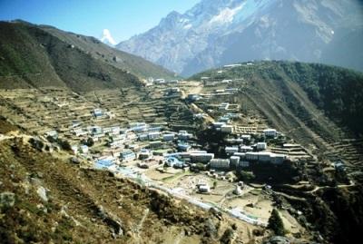"""De la ciudad nepalí de Namche escribió Chatwin: """"Una pequeña ciudad construida en terrazas sobre las laderas de un valle, como los asientos de un antiguo teatro griego"""" (imagen procedente de frontrange.ca)."""