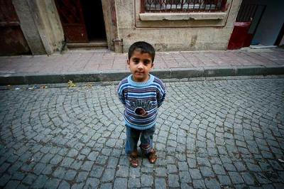 Un chaval en las calles de Estambul (imagen procedente de medias.cafebabel.com)