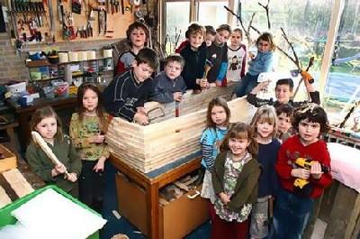 Niños de primaria con el trabajo de carpintería: un ataúd para su profesor, enfermo de cáncer. Lo hicieron a petición suya (los holandeses son así). (Imagen procedente de theage.com.au).