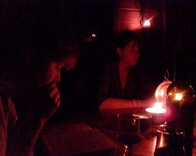 A la luz de las lámparas de aceite (foto de Ole At, julio de 2007, procedente de lindevej.dk/blog)