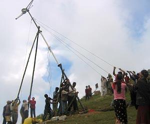 Instalación de un aerogenerador autoconstruido en Sri Lanka (imagen procedente de practicalaction.com)