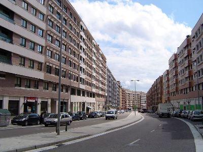 Vista de la calle de Manuel Azaña en Parquesol, Valladolid (Foto de Valle de Olid en skyscraper.com, cargada el 27 de abril de 2007).