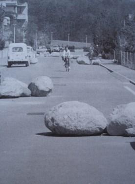 Grandes piedras en medio de la calzada de In der Looren, Zúrich