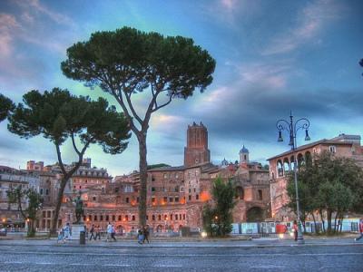 Roma entre los pinos. Mercati di Traiano(imagen procedente de farm1.static.flickr.com. Fotografía de iessi, 2006)