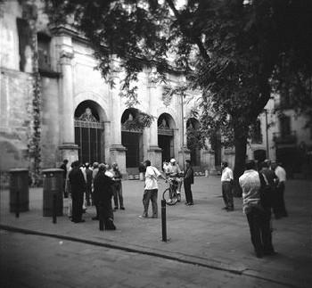 Una esquina de la Plaça de Sant Agustí, El Raval, Barcelona, 2007 (Foto de TONI.B en subjectes.blogspot.com)