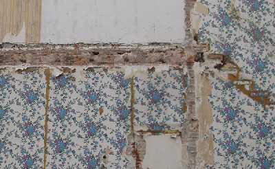 Restos de papel en las paredes de una vieja casa, en la calle Bailén de Valladolid (julio de 2008. Foto: MS)