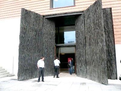 Puerta de la ampliación del Museo del Prado, de Cristina Iglesias (imagen procedente de bea.eduangi.com).