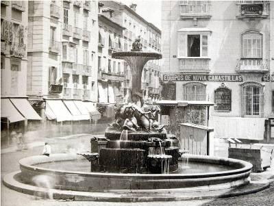Vista de la Red de San Luis con la Fuente de los Galápagos en primer plano, en una imagen de 1870. Esta plaza desapareció con la construcción de la Gran Vía de Madrid (imagen procedente de madridoculto.com).