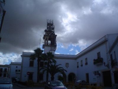 En el blog gp32spain.com, de donde procede la foto, puede leerse (gp32spain.com/foros/blog.php?b=2255): La torre del ayuntamiento (de Marchena), que está el 33% del año en obras, otro 33% ocupado por las cigüeñas y otro 33% con el reloj parado. El restante 1% del año está con el cartel del festival de Jazz debajo.