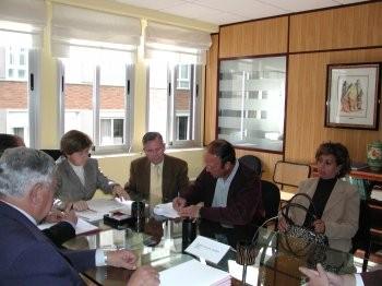 Una reunión urbanística en Ciudad Real, abril de 2007. Están presentes (aunque no muy animados, por cierto) el Delegado Provincial de Urbanismo y el Ayuntamiento de Corral de Calatrava (imagen procedente de lacomarcadepuertollano.com).