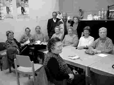 Reunión de grupo en el Casal de Gent Gran de Roquetes (imagen procedente de la revista de L´Ateneu Popular 9 barris, nº 78, 2005, disponible en la red en noubarris.net/ateneu)