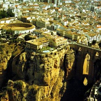 Vista área de Ronda, Málaga (imagen procedente de rondamalaga.blogspot.com, publicada por alfonso y agudo em 2009)