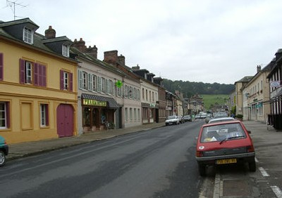 Vista de la calle principal (y casi única) de Ry (una población cercana a Ruán. Imagen procedente de la web municipal)