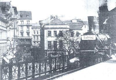 Un tren S-Bahn entre las casas de Berlín, en los años 20 (imagen procedente de baerentouren.de)