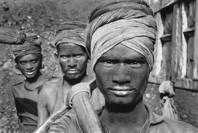 Mineros del carbón, fotografía de Sebastiao Salgado, del álbum Trabajadores. Realizada en 1989, en Dhanbad, estado de Bihar, India (procedente de ojodigital.com)