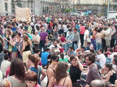 Sentada por la vivienda digna. Madrid, Sol, mayo de 2006. (Imagen procedente de bloj.net/michael).