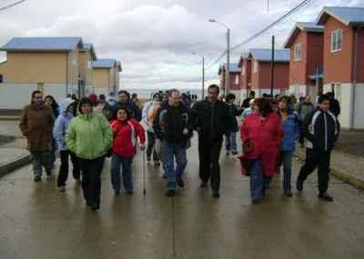 Visita a las nuevas viviendas Río Seco y la Villa Anef de los asistentes al Seminario de Vivienda realizado en Punta Arenas, mayo de 2008 (imagen procedente de radiomagallanes.cl)