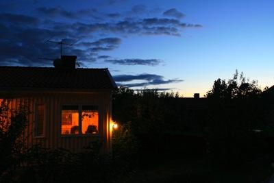 Una casa al comenzar la noche (imagen procedente de stockvault.net. Foto de Fabio Grande publicada el 11 de agosto de 2007)