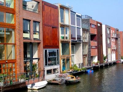 Fachadas hacia el canal en Borneo-Sporenburg, Amsterdam (imagen procedente de farm1.static.flickr.com/34/114662009_68ea689f1b_b.jpg)
