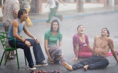 Fotograma de Summer rain (El camino de los ingleses, una película de Antonio Banderas, 2006), recibiendo el aguacero.