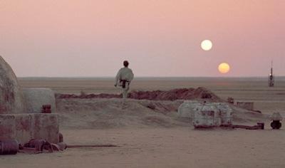 Luke Skywalker en una granja de humedad del desierto de Tatooine, en el amanecer de los soles gemelos. (Fotograma de La guerra de las galaxias, 1977)