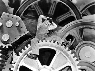 Podía ser un ciclista de Malacovia descansando antes de reflotar la ciudad, pero es Charlot (fotograma de Tiempos Modernos, 1936)