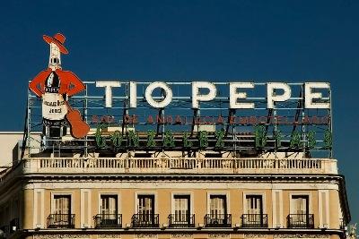 Rótulo publicitario sobre las cornisas de la Puerta del Sol de Madrid (imagen procedente de photos.mdpny.com)